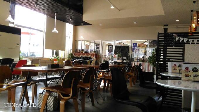 TONYA CAFEの店内はレトロモダン